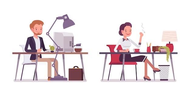 Signora e signore che lavorano alla scrivania