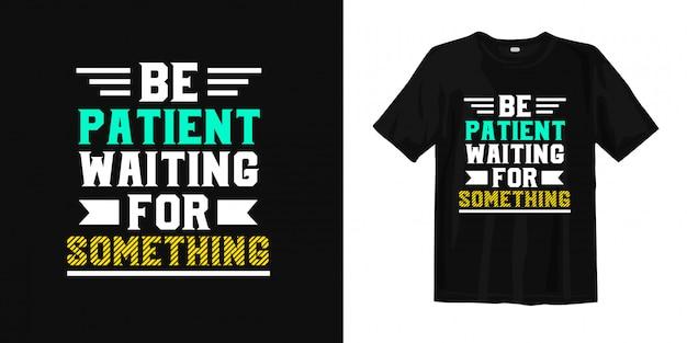 Sii paziente aspettando qualcosa. design di t-shirt citazioni ispiratrici
