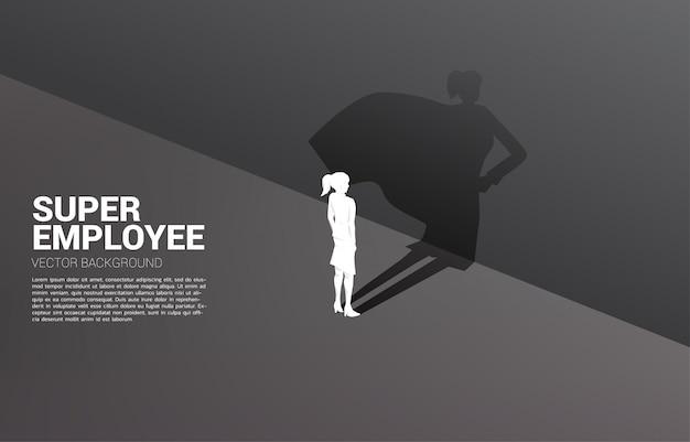 Silhouette di imprenditrice e la sua ombra del supereroe.