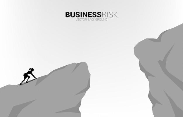 Silhouette di imprenditrice pronta a correre a saltare il divario. concetto di rischio di sfida aziendale.