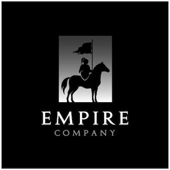 Siluetta del cavaliere a cavallo, design del logo medievale di horse warrior paladin