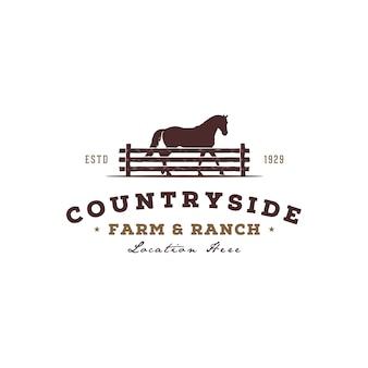 Siluetta del cavallo dietro il recinto chiuso di legno del recinto per progettazione di logo del ranch della fattoria del paese occidentale della retro campagna rustica d'annata