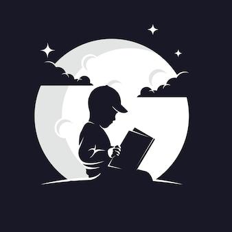 Siluetta del libro di lettura del bambino contro la luna