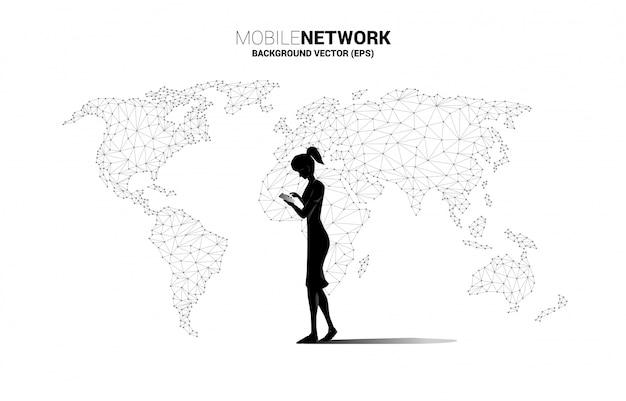 Siluetta del telefono cellulare di uso della donna con il fondo del poligono della mappa di mondo. concetto per il lavoro a distanza da casa e tecnologia.