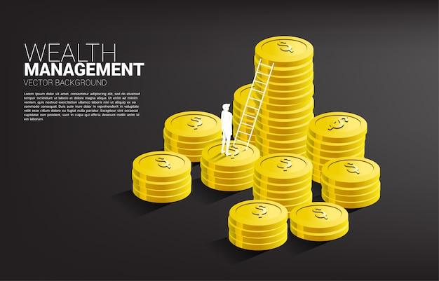 Siluetta dell'uomo d'affari che sta con la pila di modello del fondo della scala e della moneta