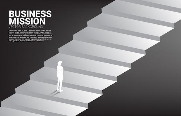 Siluetta dell'uomo d'affari che sta sulla scala. concetto di persone pronte ad aumentare il livello di carriera e business.