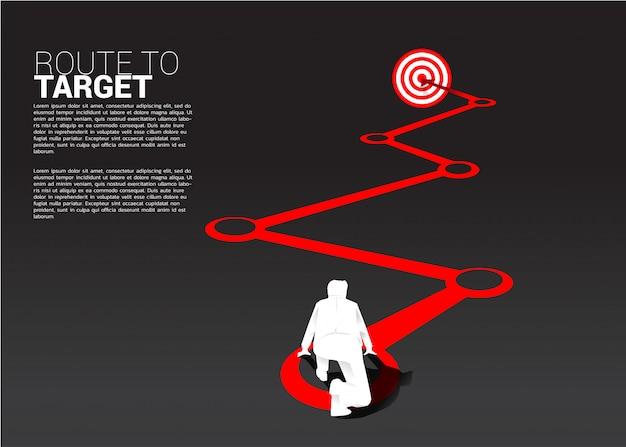 Siluetta dell'uomo d'affari pronta a funzionare sull'itinerario al bersaglio. concetto di business della rotta verso l'obiettivo.