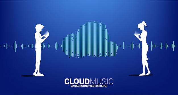 Siluetta dell'uomo e della donna con musica della nuvola e il concetto di tecnologia del suono onda di equalizzatore come forma della nuvola