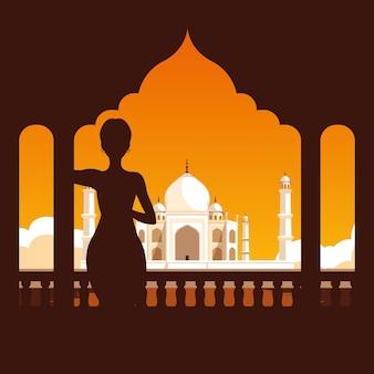 Siluetta della donna con l'indiano emblematico del cancello