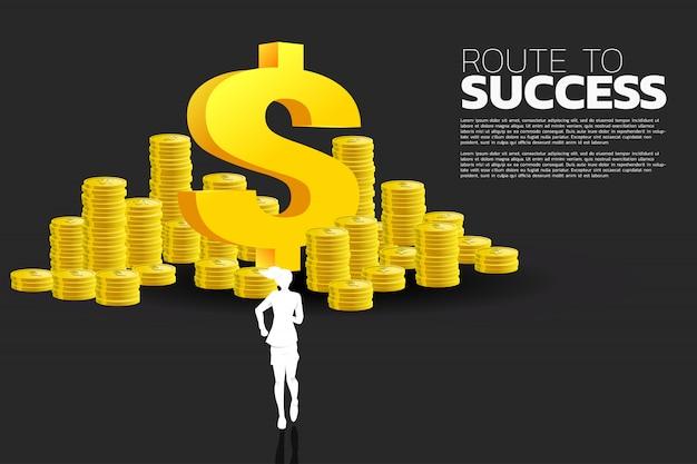 Siluetta della donna di affari che funziona all'icona dei soldi del dollaro e pila di moneta. concetto di business di successo e percorso di carriera.
