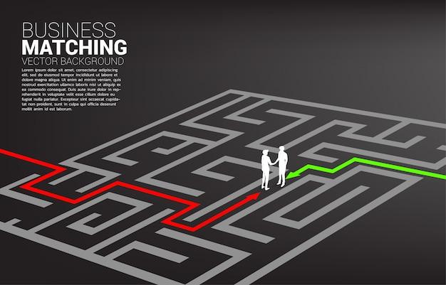 Siluetta della stretta di mano dell'uomo d'affari nel labirinto. concetto di business matching. collaborazione e cooperazione nel lavoro di gruppo.