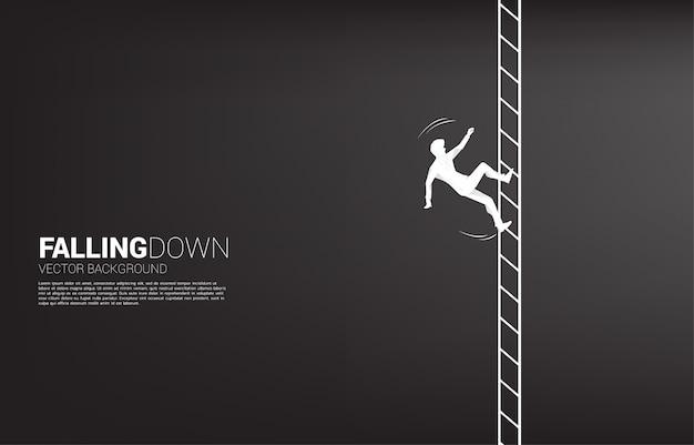 Siluetta dello slittamento dell'uomo d'affari dall'arrampicata sulla scala.