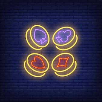 Simboli del vestito della carta da gioco sul segno al neon delle monete di oro