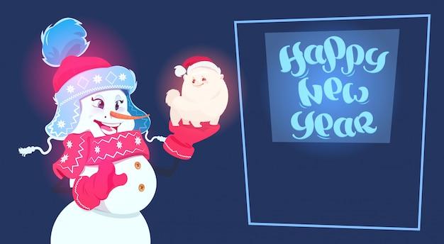 Simbolo del cane sveglio della tenuta del pupazzo di neve della decorazione del nuovo anno della cartolina d'auguri di festa