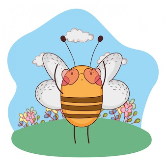 Simpatica piccola ape con occhiali da sole a forma di cuore nel campo