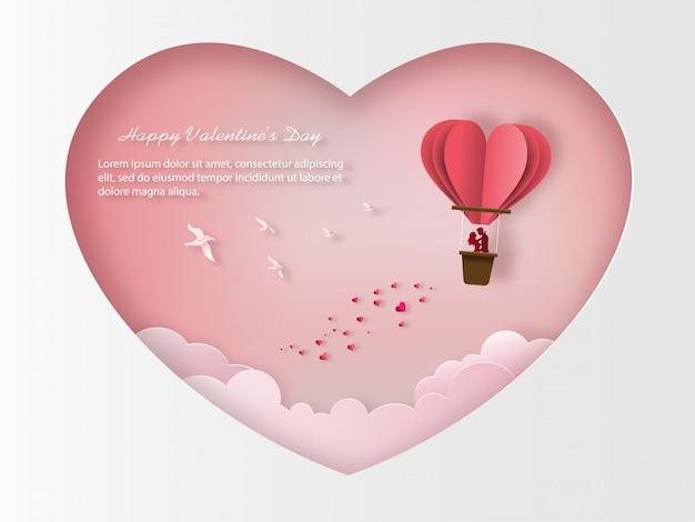 Simpatiche coppie innamorate in piedi all'interno di un cesto di una mongolfiera.