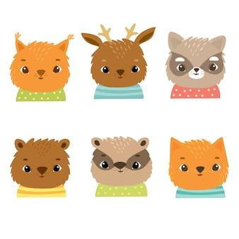 Simpatici animali della foresta in costumi, scoiattolo, volpe, gatto, cervo, orso, tasso, procione, facce felici di bambini