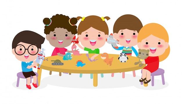 Simpatici bambini che giocano con i giocattoli, attività per bambini felici nella scuola materna