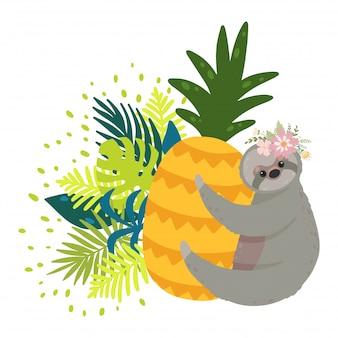 Simpatici bradipi sull'ananas giallo circondato da foglie tropicali.