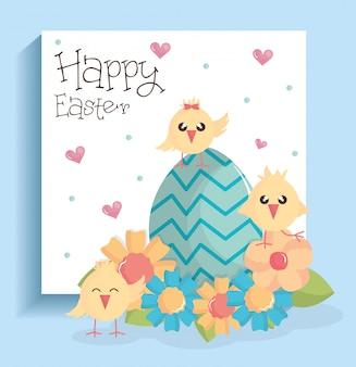 Simpatici pulcini con uova dipinte e fiori