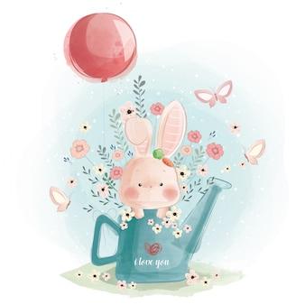 Simpatico coniglietto che gioca nel watercan