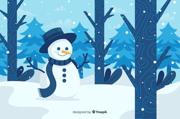 Simpatico pupazzo di neve con cappello a cilindro nella foresta