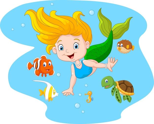 Sirena felice con l'animale di mare sul fondo dell'acqua di mare
