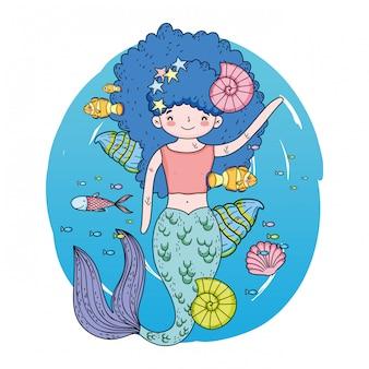 Sirena sveglia sotto il mare con alghe