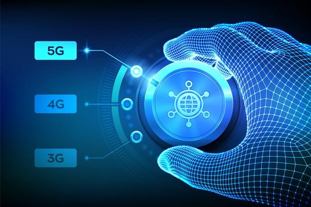 Sistemi wireless di rete 5g e internet delle cose. mano wireframe che gira il pulsante di selezione della rete mobile alla prossima generazione 5g.