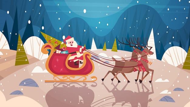Slitta di guida di santa con le renne in concetto di vacanze invernali dell'insegna della foresta, di buon natale e del buon anno