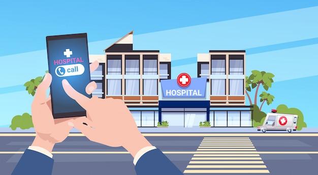 Smart phone della stretta della mano che usando app medico online