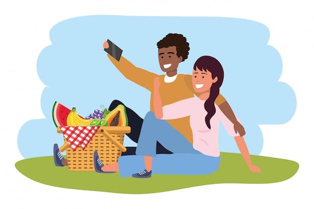 Smartphone millenario delle coppie che prende il picnic del selfie