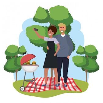 Smartphone millenario delle coppie che prende il picnic della struttura del selfie