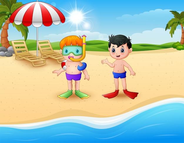Snorkeling bambini in piedi sulla spiaggia