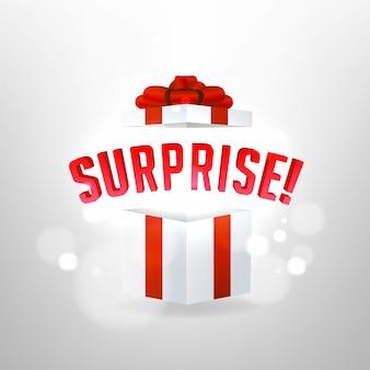 Sorpresa all'interno di una confezione regalo aperta. sorpresa di compleanno e concetto di regalo di natale.