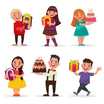 Sorpresa per i bambini. ragazzi e ragazze con regali e torte di compleanno.