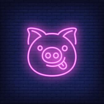 Sorridente personaggio dei cartoni animati maiale rosa. elemento di segno al neon. pubblicità luminosa di notte.