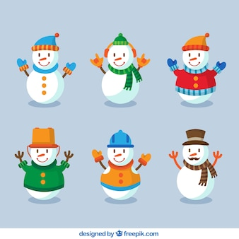 Sorridente pupazzi di neve con i vestiti invernali