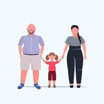 Sovrappeso famiglia tenendo le mani madre padre e figlia in piedi insieme su personaggi maschili femminili di dimensioni divertendosi piatto integrale