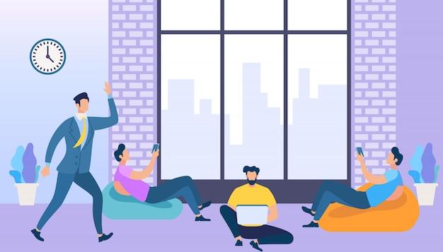 Spazio di coworking con persone creative che utilizzano i gadget