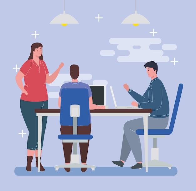 Spazio di coworking, donna e uomini con laptop nella grande scrivania, concetto di lavoro di squadra.
