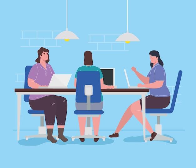 Spazio di coworking, gruppo di donne con laptop nella grande scrivania, concetto di lavoro di squadra.