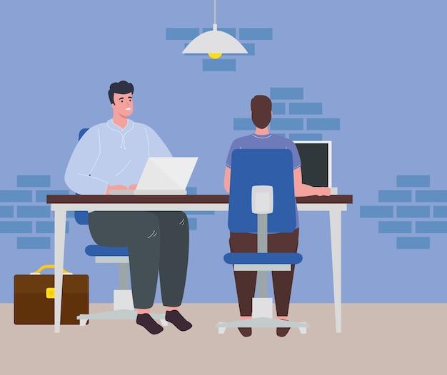 Spazio di coworking, uomini con laptop in scrivania, concetto di lavoro di squadra.