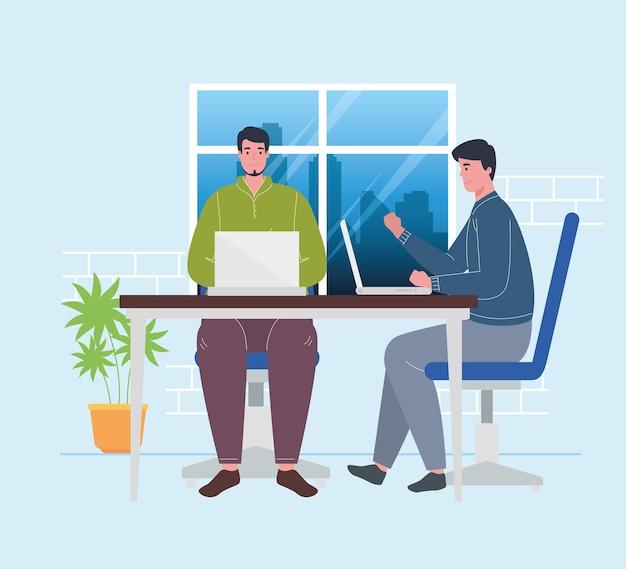 Spazio di coworking, uomini con laptop nella scrivania, concetto di lavoro di squadra.