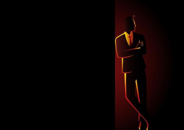 Spazio in bianco di leaning at dark dell'uomo d'affari