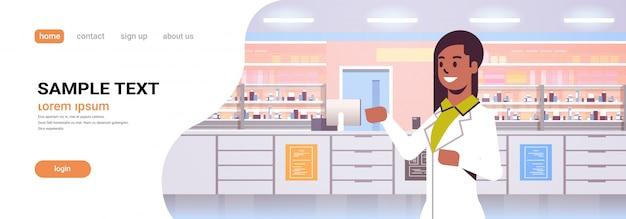 Spazio orizzontale della copia del ritratto di concetto interno di sanità della medicina della farmacia moderna farmacia del farmacista femminile afroamericano di medico