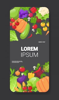Spazio verticale della copia di app mobile dello schermo dello smartphone di concetto dell'alimento sano della composizione degli ortaggi freschi