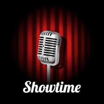 Spettacolo teatrale vintage in piedi con microfono