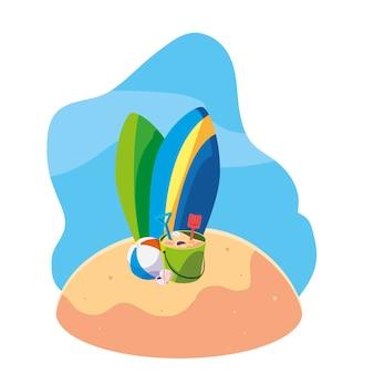 Spiaggia di sabbia estiva con tavole da surf e set di icone