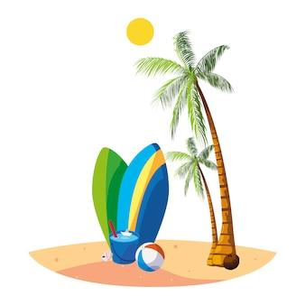 Spiaggia estiva con scena di palme e tavole da surf
